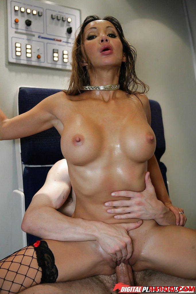 在客機貨艙跟空姐做愛.真是爽快