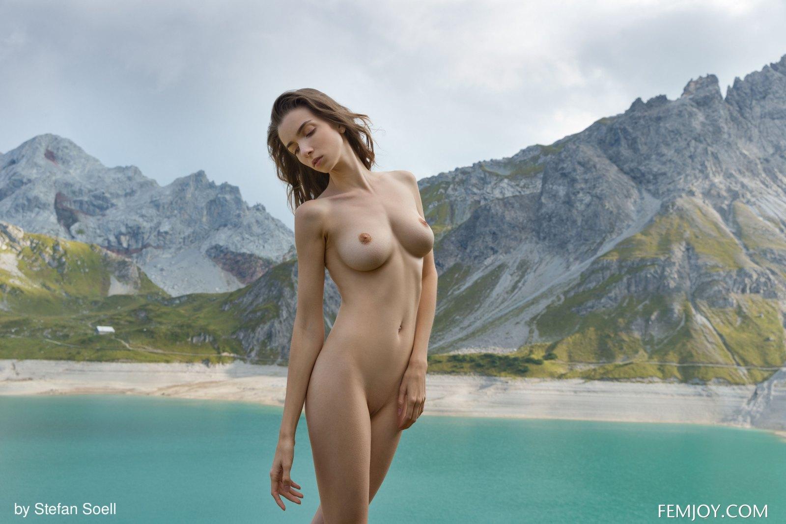 青山绿水中的尤物