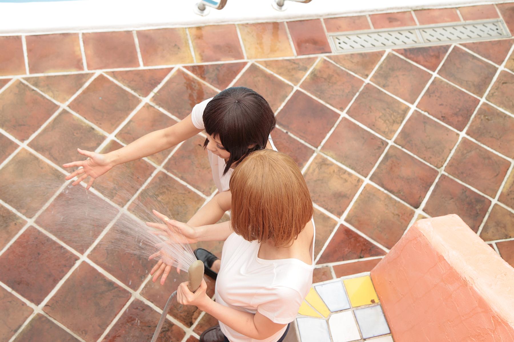 两女戏水,湿身短裤T恤
