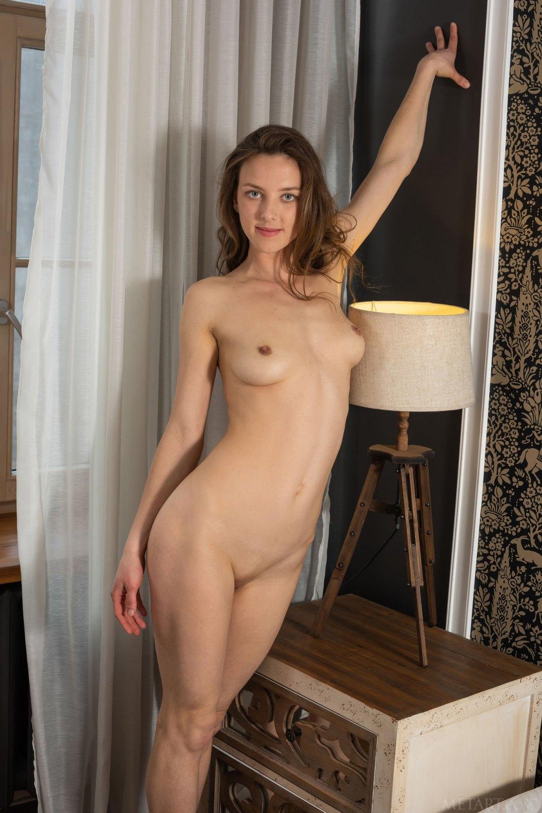 安娜莉亚脱下她的性感内衣