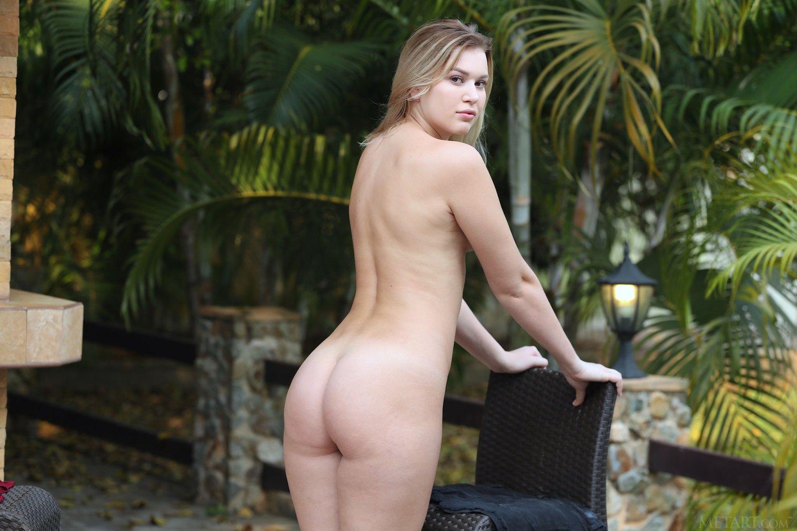 贵妇桑德拉弗罗斯特自信地在花园中裸体