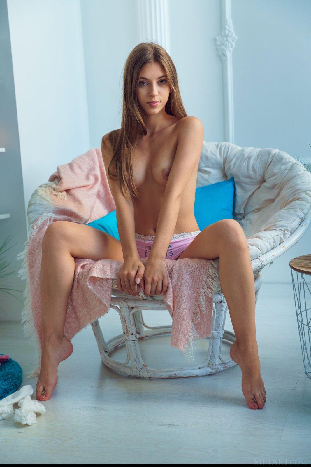 甜心艾利懒人椅子上裸体