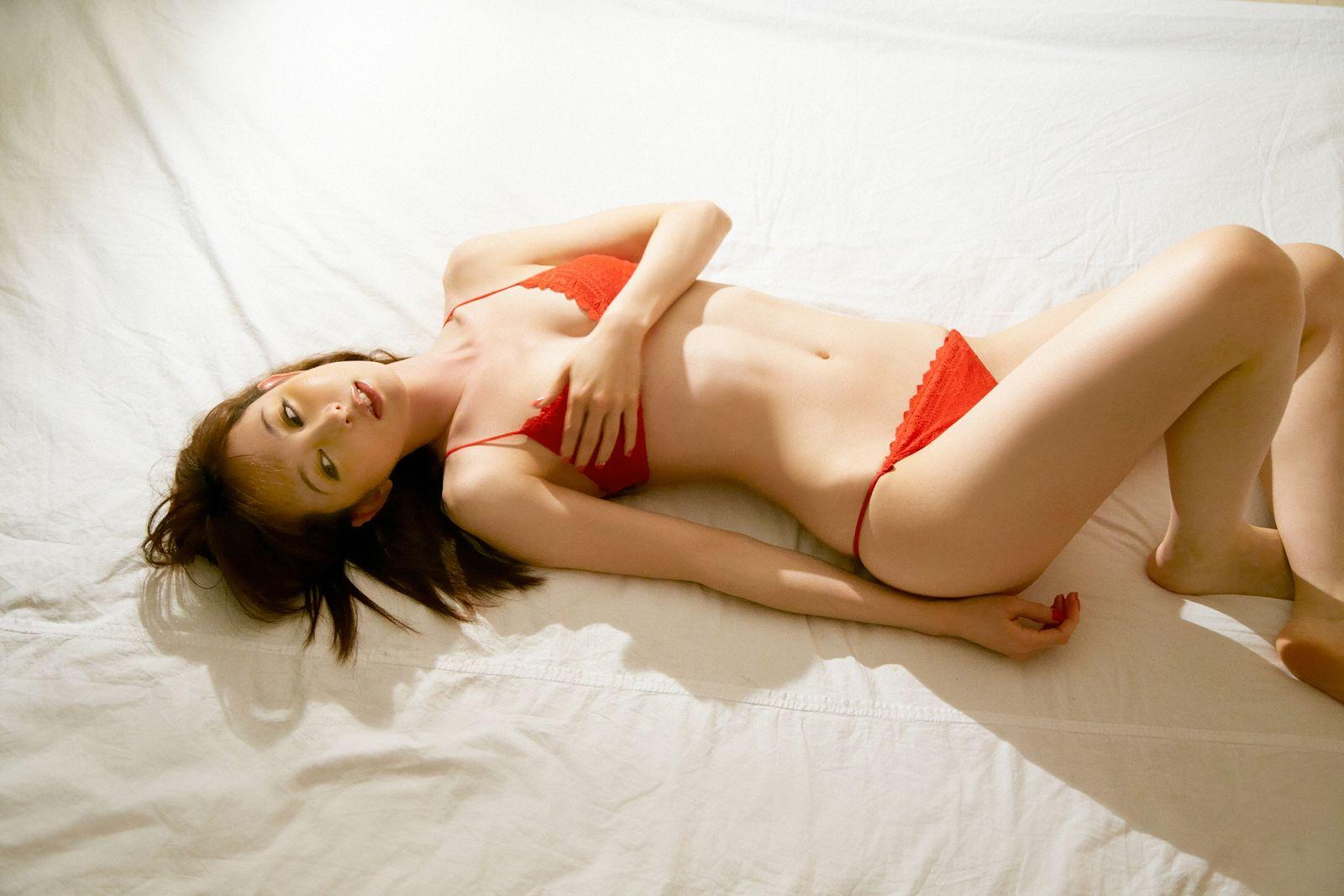 秋山莉奈《オシリーナのプライベート》写真集