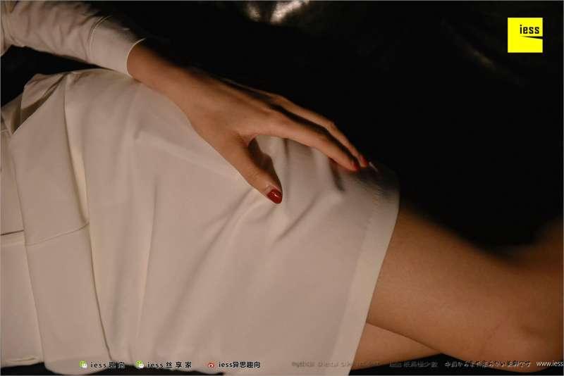 Julia君君~《台灯下的裸足》写真套图