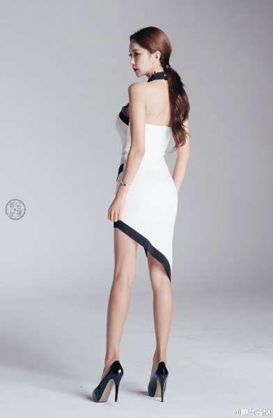 骨感纤瘦的韩国红唇美女