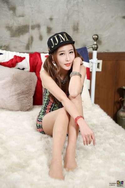 s型美女双尾辫戴帽子写真