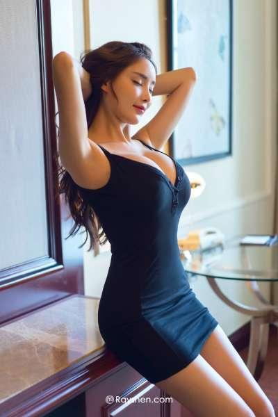 大胸丰满身材少妇低胸爆乳