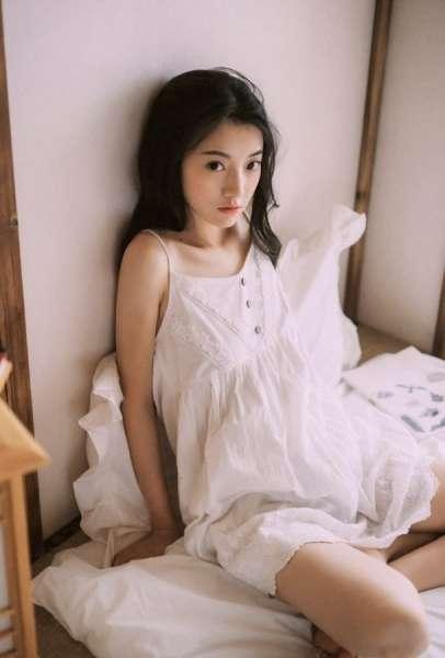 单眼皮女孩夏日的清晨床上写真