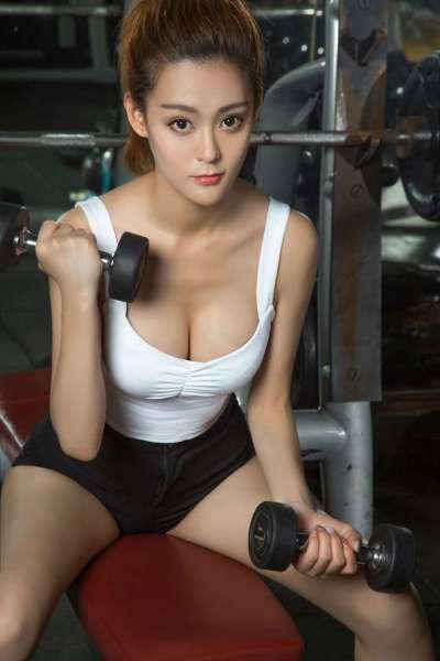 健身房里的长腿大胸美女