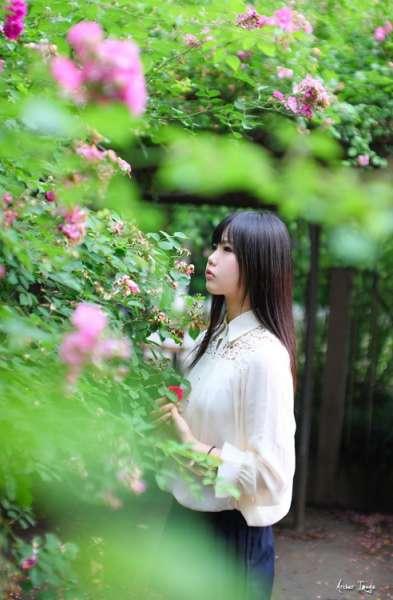 白皙文静的刘海美女大学生