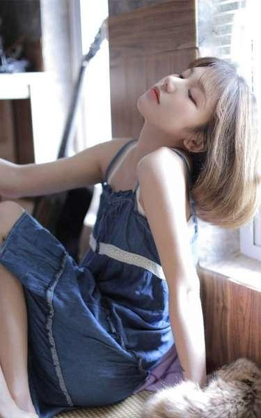 90后清纯美女齐耳短发漂亮脸蛋小露香肩生活照写真